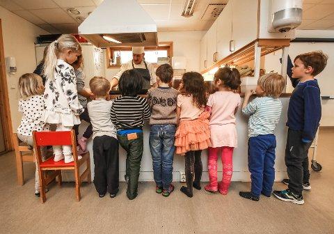 SPENNENDE: Barna fulgte spent med da kokk Per Ivar Berget tok dem med på en laksereise...