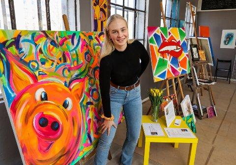 DEBUTANT: Mia Enger Johansen (17) har med seg 18 bilder på utstilling i Møllebyen.