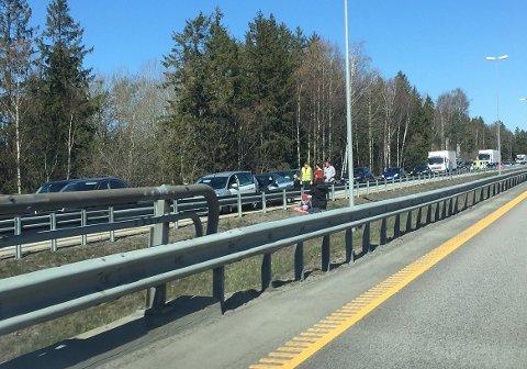 Tre biler er involvert i trafikkulykken, som skaper lange køer på E6 rett før Follotunnelen.