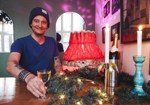 EN GOD BLANDING: - Det er viktig å ikke velge et for stort glass og ikke ha i for mye chamagne. Cocktailen skal kun toppes med champagnen, opplyser Christian.