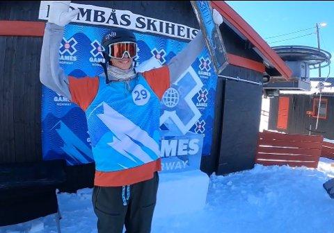 TIL TOPPS: Sebastian Schjerve gikk til topps i søndagens kvalfisering til XGames Norway. Her jubler han for premien.