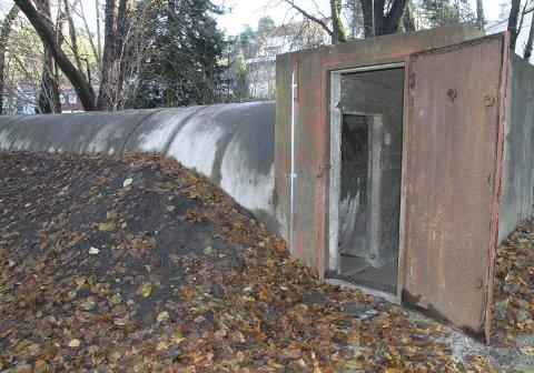 BUNKER: En bunker fra krigstiden står igjen på tomten. Den har blitt satt i stand og lyssatt.
