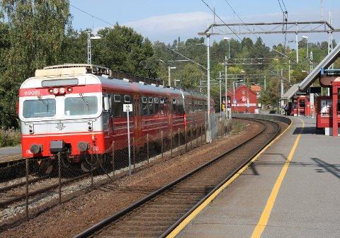 TOGSTENGT: Pleier du å ta toget til/fra Hauketo og andre lokale stasjoner, må du i helgen belage deg på å reise med buss istedet. Arkivfoto