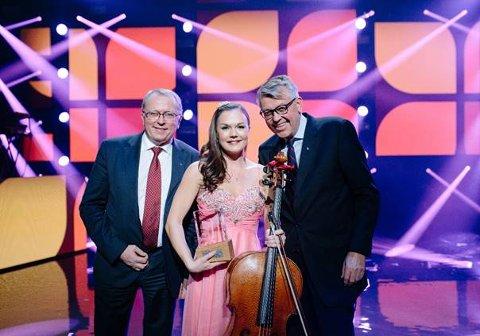 Sandre Lied Haga ble tildelt Equinors talentstipend som blir gitt ut i samarbeid med talentprogrammet Morgendagens helter (f.v.): Eldar Sætre, Sandra Lied Haga og kommunikasjonsdirektør i Equinor, Reidar Gjærum