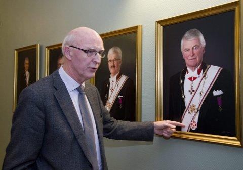 MED SINE FORGJENGERE: Provincialmester Per Trygve Kongsnes viser frem sine forgjengere som henger på veggen i Tromsø Provincialloge