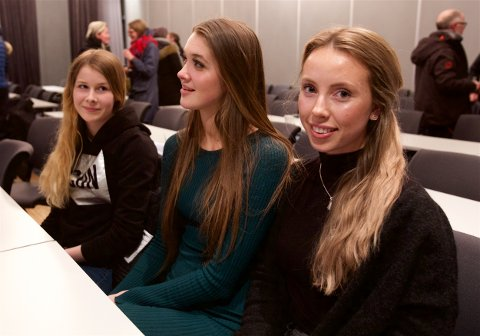 Veninnene Miriam Walthinsen (th) og veninnene Ingrid Åbotsvik og Cecilie Lagesen håper det nå blir ro i klubben. - Vi vil bare at alle skal være venner, sier Wathinsen. Foto: Ola Solvang