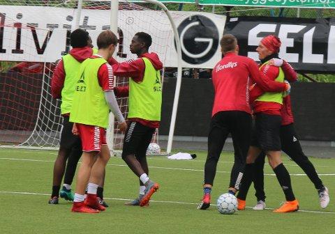 AMPERT: Magnar Ødegaard (til høyre) og Mushaga Bakenga (skjult bak til venstre) måtte adskilles av lagkamerater etter en heftig duell med knuffing og bryting som etterspill mellom de to.