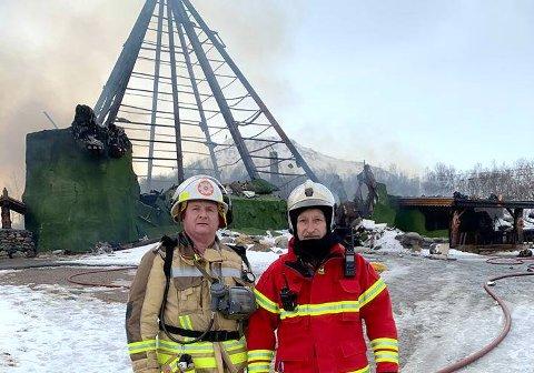 NEDBRENT: Ordfører og brannssjef i Torsken Fred Ove Flakstad (tv) sammen med Arnstein Smevik, brannsjef i Lenvik og Berg, foran brannruinene.