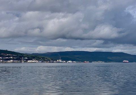 UT MOT HAVET: MS Roald Amundsen på vei rundt nordspissen av Tromsøya. fredag.