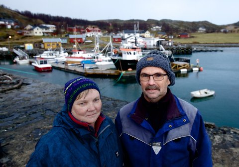 Rita og Roy Isaksen frykter at oppdrettsvirksomhet kan bety slutten for det vesle samfunnet på øya i Kvænangen. Foto: Ola Solvang