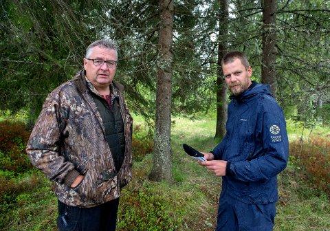PÅ VAKT: Fellingsleder Kjell Bakken (til venstre) sier at fellingslaget på Hadeland står klare og kan rykke ut på timen, hvis ulven som har tatt et titalls sau på Romeriksåsen beveger seg innover i fylket. Her med Jon Petter Bergsrud i Statens naturoppsyn fra en tidligere anledning.