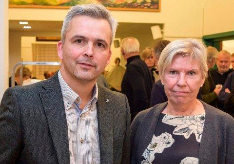 SLUTTAVTALE: Østre Toten kommune ved ordfører Bror Helgestad og rådmann Aslaug Dæhlen er enige om en sluttavtale som innebærer at Dæhlen beholder ytelser tilsvarende rådmannslønna i tre år fra hun slutter i mai neste år.