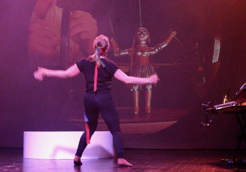 DOKKEDANS: Slik kan det se ut når dansere møter dokker. Anita Vika Langødegård viser hvordan.
