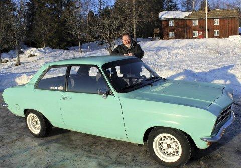 KLASSIKER I DAGLIG BRUK: Mange har et forhold til Opel Ascona. Kai Lønstad treffer stadig folk som har minner fra den gang Ascona var en populær familiebil. Eller ungdomsbil, for den saks skyld. Barn som aldri har sett en slik bil kommenterer stadig at bilen er veldig kul.FOTO: DAG SKOGLUND