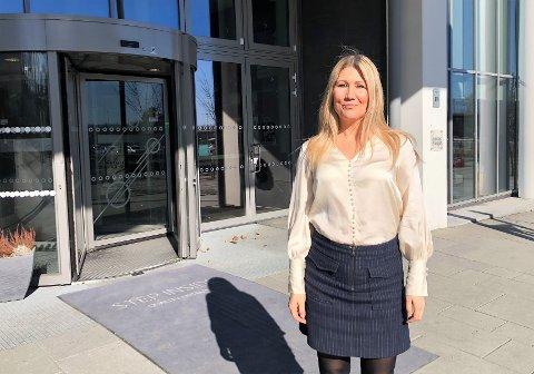 SVÆRT FÅ GJESTER:   Hotelldirektør Karoline Hammer Larsen sier at Quality Hotel Stand vil holde åpent så lenge det er forsvarlig, men de har svært få gjester.