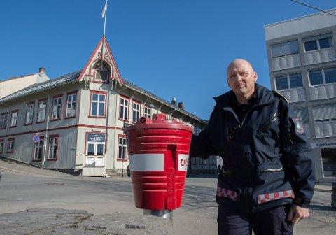 STÅR KLARE: Redningsdykkere fra Gjøvik er på beredskap og er klare for innsats hvis leteaksjonen som pågår på Mjøsa skulle tilsi det. Varabrannsjef Geir Atle Engen og kollegene har spesialkompetanse på feltet.