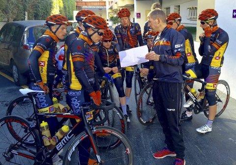IMPONERT: Sportssjef i Team Sparebanken Sør, Atle Kvålsvoll, skryter av Carl Fredrik Hagen. Her briefer han teamet før en økt i fjellene i Benidorm-området.