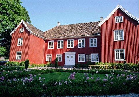 Herregården: Litt av Herregårdens fasade mot Herregårdshagen.
