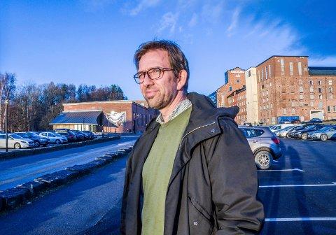 Bruce Atle Karlsen i ABAX forteller at de har biler som kjører rundt i Larvik hver dag og samler inn masse nyttig data.