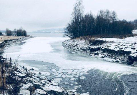 VÆR VARSOM: Selv om isen er trygg mange steder, så kan temperatursvingningene ha ført til utrygg is noen steder. Foto: Andre Clark Utvik