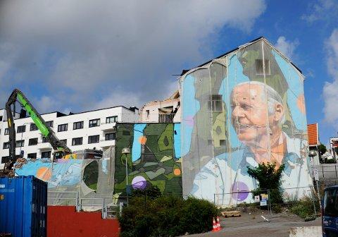 THOR HEYERDAHL maleriet på veggen bak Grand Hotell må snart vike for nye tider og nytt Grandkvartal. Ordfører Rune Høiseth lover at byen skal få et nytt veggmaleri slik at æresborger-prosjektet blir komplett.