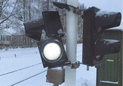 ØDELAGT: Signalanlegget på Grundset planovergang ble enten påkjørt eller utsatt for hærverk. Saken er politianmeldt. (Foto: Bane Nor)