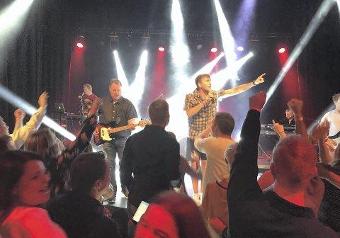 Stor stemning: Det var virkelig liv da Saints & Sinners spilte under det store beach partyet på Koppang i 2018. Nå gjentar Cato Wedum (til venstre). Anders Modal (vokalist) og de andre kompisene det hele lørdag 7. mars.