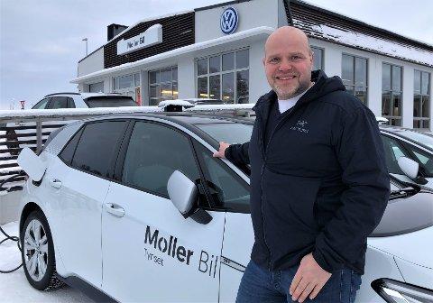 PÅ NY JOBB: Edvin Aas er nettopp i gang som bilselger hos Möller Bil på Tynset.