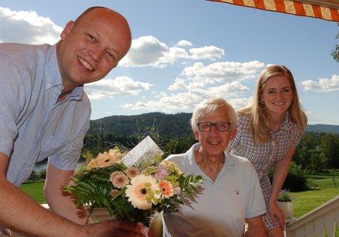 TAKKET: Trygve Slagsvold Vedum og Emilie Enger Mehl var innom Ola Cato Lie og takket for innsatsen og overrakte blomster.