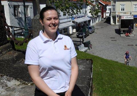 Oda Sofie Johnsen er klar for en ny sommersesong med drift av to av isbarene i Brevik. Hun har to år igjen av lektorstudiene i Oslo, og trives godt i leiligheten i hovedstaden. Men det er hjemme i huset sitt på Øya 23-åringen føler seg aller mest hjemme.