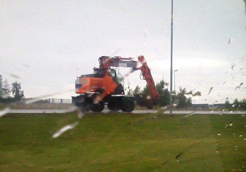 Bildet viser gravemaskinen idet den flytter seg østover på E18 ved Sekkelstenkrysset.