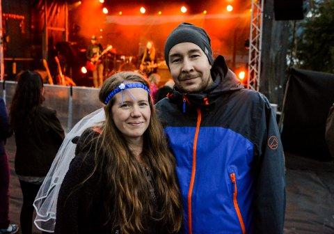 Camilla Batland og Otto Antonsen skal gifte seg på lørdag og markerte siste dagen som ugift på Sjyen.