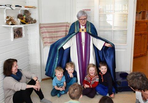 Ann-Helen Fjeldstad Jusnes som er biskop i Nordland, fra et tidligere besøk Kirkebakken barnehage på Ytteren.