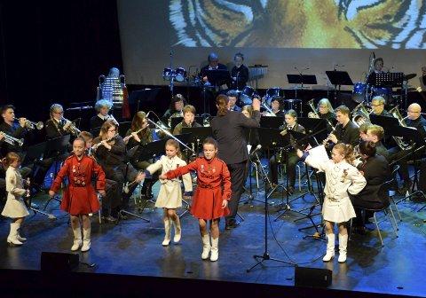 TIGERENS ØYE: Veien og Helgerud skolekorps var forsterket med tidligere medlemmer på jubileumskonserten, her også med drilljenter fra Hønefoss under «Eye of the Tiger».