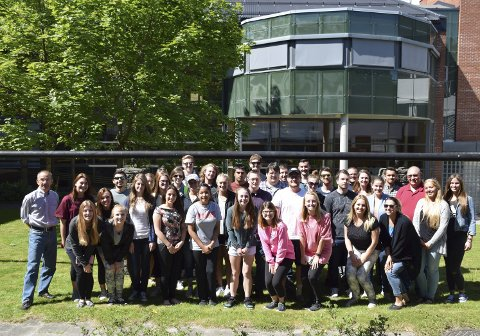 Deltakerne: Studenter og undervisere ved Internasjonal sommerskole Ringerike. Til venstre står programansvarlig Kjetil Gjerdalen fra HSN.