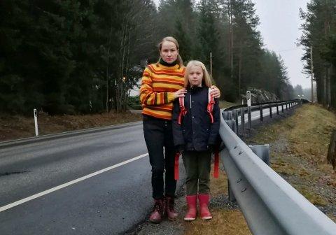 BEKYMRET: Marte Nilsen og datteren Inga (9) må gå 400 meter langs sterkt trafikkerte E16 dersom hun skal komme seg til busstoppet. Framover må barna kjøres i taxi til og fra skolen.