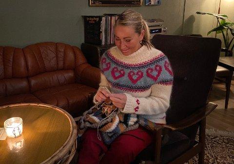 STRIKKING: Hege Nilsen er lidenskapelig opptatt av strikking. Genseren hun har på seg har hun strikket selv.