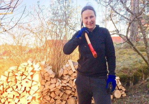 VED: Randi Mathiesen hogger ved selv, men ovnen i hytta er ifølge henne bare i bruk noen få ganger på våren og høsten. Likevel må hun betale årlig feieavgift.
