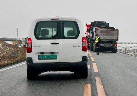 KØ: Politiet dirigerte trafikken forbi lastebilen, mens køer dannet seg på E16. Klokken 15 ble veien gjenåpnet.