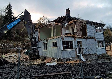 RIV: Det rives i Austbygde sentrum. Huset må vike plassen for to leilighetsbygg (foto Odd Arvid Dalen)