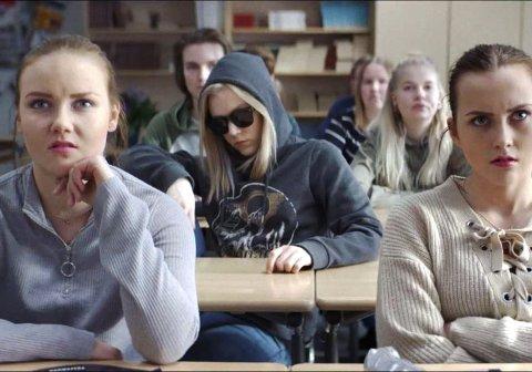 DIVA OF FINLAND: 18 år gamle Henna blir midlertidig blind. Men når hun får synet tilbake fortsetter hun å late som hun er blind for å spionere på en venninne.