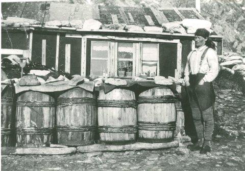 GODT UTRUSTET: Wanny og Anders forberedte seg på lange vintre. Her er Wanny avbildet foran fangsthytta.
