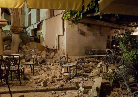 STORE SKADER: Slik så det ut på Kos etter jordskjelvet fredag kved. Martin Bakkejord Skolbekken fra Nes på Romerike ligger på sykehus med alvorlige skader. FOTO: SCANPIX