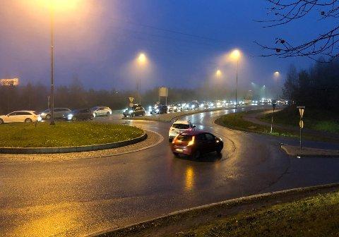 Lange køer på Gjelleråsen som følge av trafikkulykken i Hagantunnelen fredag ettermiddag.