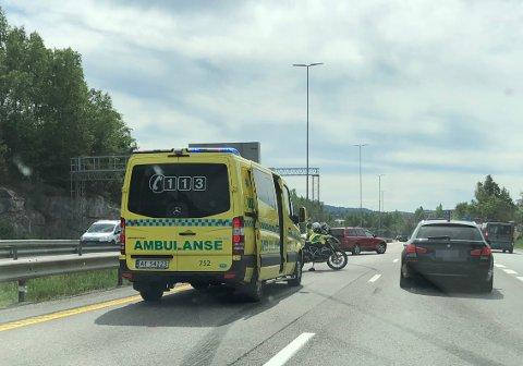 RYKKET UT: Ambulanse og politi er på stedet.