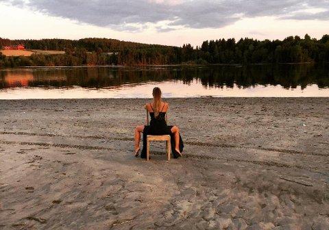 PÅ STRANDA: – Jeg likte solnedgangen og sanden etter at det hadde vært flom der. Det gjorde området vakkert på en annen måte. Antrekket skyldes at jeg hadde vært i konfirmasjon, sier Siv-Lynn Reichel om dette bildet fra hytteområdet.