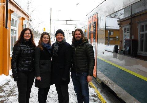 FORNØYDE: De lokale politkerene i Akershus er glade for at regjeringen nå endelig ser på på utredningen av Hovedbanen. Fra høyre: Liv Gustavsen (Frp), Solveig Solveif Schytz (V),. Lars Salvesen (KrF), Christoffer Nyborg (H).