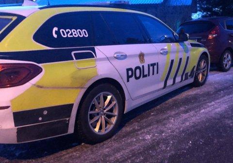 RANSAKING: Flere politibiler er på stedet i forbindelse med etterforskning av en sak fra Eidsvoll lensmannsdistrikt på Årnes fredag kveld.