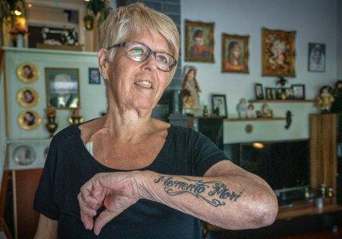 PÅMINNELSE: Lisbeth Berg har i likhet med flere familiemedlemmer en genetisk nyresykdom. Tatoveringen «memento mori» er en påminnelse av at livet er skjørt. Foto: Ole Berg-Rusten / NTB