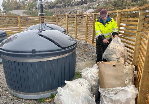SØPPELHAUG: Vaktmester ved Storsandstrand AS er mektig lei av å betale for andres søppel.